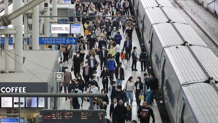 Warga Korsel bersiap untuk merayakan Chuseok di tengah pandemi COVID-19. Stasiun kereta hingga bandara pun mulai ramai warga yang akan mudik ke kampung halaman.