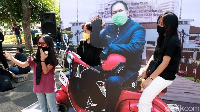 Sejumlah taman di Kota Bandung kini dilengkapi dengan spot foto bareng Wali Kota dan Wakil Wali Kota Bandung. Seperti apa potretnya?