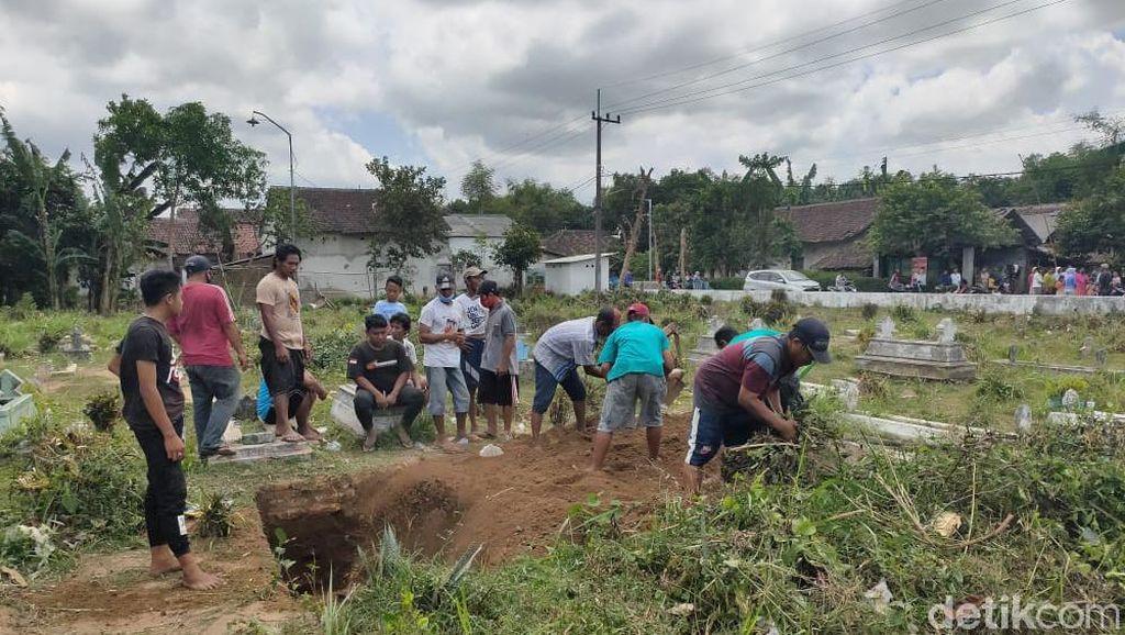Pemakaman Protokol COVID-19 di Jember Ditolak Warga, Lubang Makam Kembali Diuruk