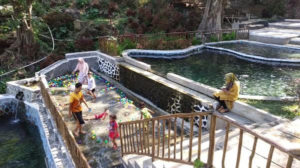 Selain foto underwater, di Woodland Kuningan juga terdapat beberapa fasilitas bermain lainnya seperti outbond, panahan hingga berkuda. Di sini juga terdapat edukasi agrowisata persawahan seluas 2,5 hektar. (Bima Bagaskara/detikcom)