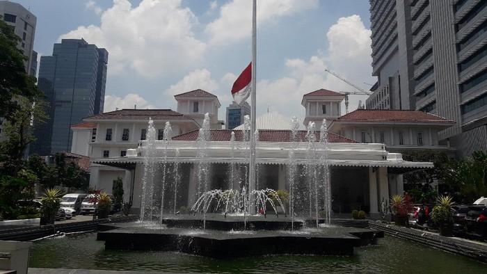 Bendera setengah tiang berkibar di Balai Kota DKI Jakarta dalam rangka memperingati 30 September 1965