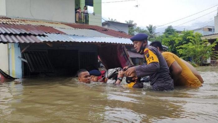 Brimob Polda Sumatera Utara membantu korban banjir di Binjai. (ANTARA/HO)