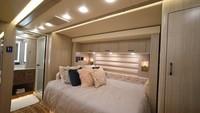 Semua furnitur dan jeroan bus dibuat secara custom oleh desainer ternama. Lantainya bahkan terbuat dari marmer. Ada tempet tidur yang nyaman buat beristirahat.