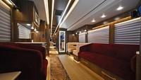 Ada juga sofa yang nyaman, serta dapur lengkap dengan alat masaknya, tersedia di dalam bus. Pantas jika bus tersebut dijuluki sebagai kamar suites hotel yang bisa berjalan.