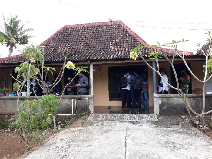 Densus 88 geledah rumah warga di Playen, Gunungkidul, Rabu (30/9/2020). Rumah tersebut dihuni oleh WS, istri dan tiga anaknya.