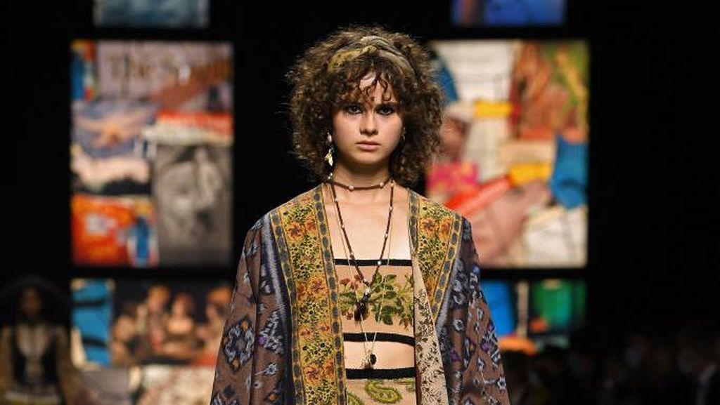 Bangga! Dior Pakai Tenun Endek Bali untuk Koleksi Terbaru