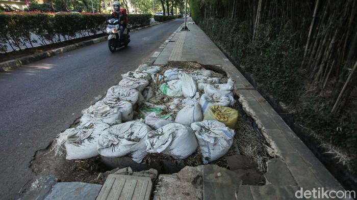 Trotoar sepanjang Jalan Pemuda, Kebayoran Baru, Jakarta Selatan, terlihat rusak imbas pengerjaan galian. Penasaran? Ini foto-fotonya.