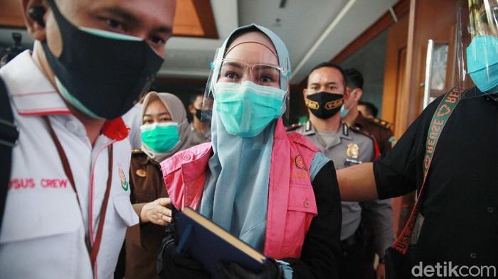 Terdakwa, jaksa Pinangki kembali menghadiri sidang kasus suap di Pengadilan Tipikor, Jakarta Pusat, Rabu (30/9/2020) dengan agenda eksepsi. Eksepsi diajukan oleh tim kuasa hukum. Sementara Pinangki tidak membuat eksepsi, hanya menulis catatan yang ia berikan kepada jurnalis usai sidang selesai.