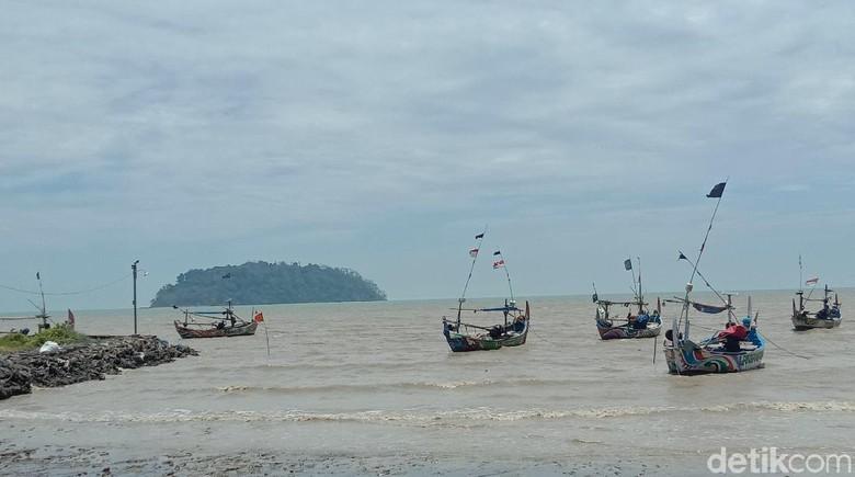 Video yang menunjukkan air laut surut di Pantai Benteng Portugis, Jepara, Jawa Tengah hingga memperlihatkan pasir pantai membuat heboh di media sosial.