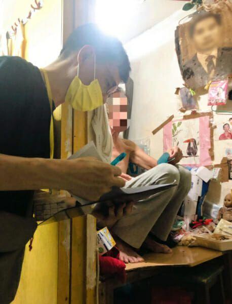 Hidup Tak Layak, Pria Ini Makan dan Tidur di Kamar Mandi Sempit