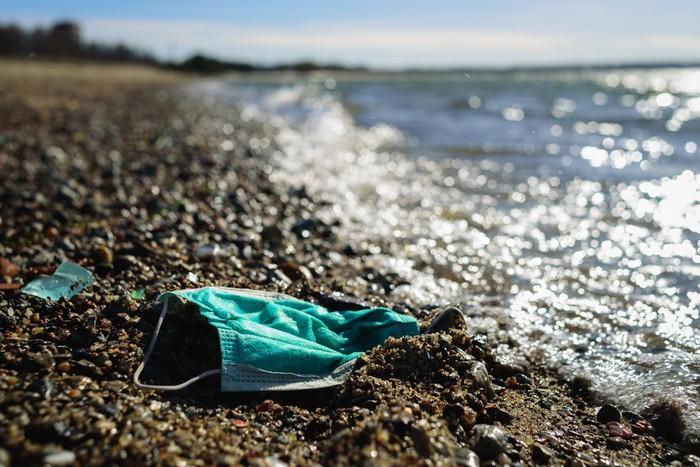 Ilustrasi sampah masker di pantai