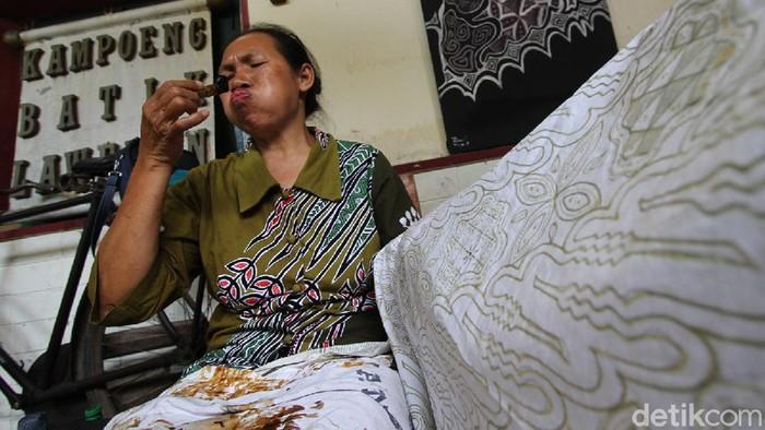 Batik tulis di Laweyan, Surakarta, dilakukan oleh para seniman. Tangan-tangan terampil mereka melahirkan motif-motif yang memukau.