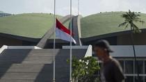 Bendera Setengah Tiang Mejeng di Parlemen