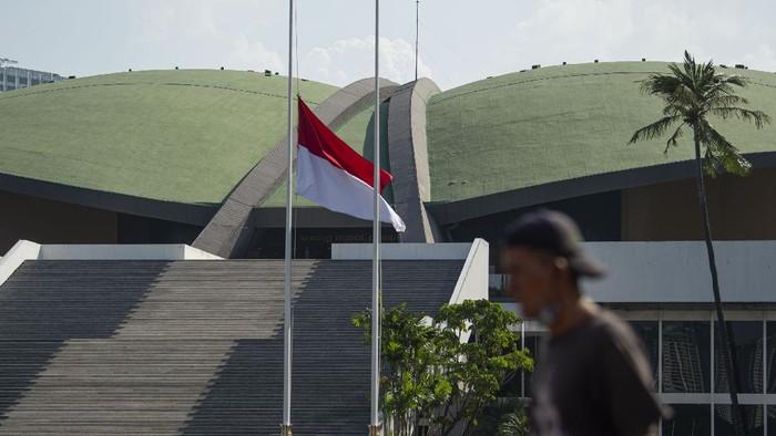 Bendera Merah Putih berkibar setengah tiang di kompleks Parlemen, Jakarta, Rabu (30/9/2020). Pengibaran bendera setengah tiang itu dalam itu untuk memperingati peristiwa Gerakan 30 September 1965. ANTARA FOTO/Aditya Pradana Putra/foc.