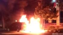 Sebuah Mobil Terbakar Saat Antre Isi BBM di Kediri