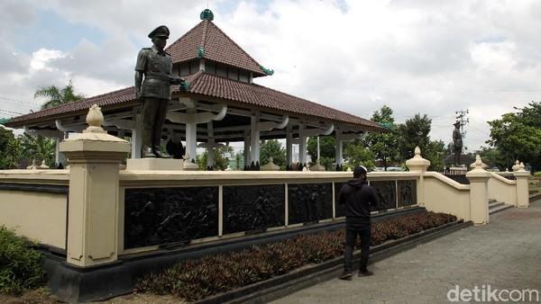 Dua patung Brigjen Katamso dan Kolonel Sugiono berukuran besar berdiri tegak di pintu masuk Monumen Pahlawan Pancasila.
