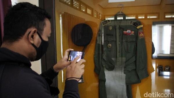 Munumen itu juga mengoleksi pakaian dinas Brigjend Katamso.