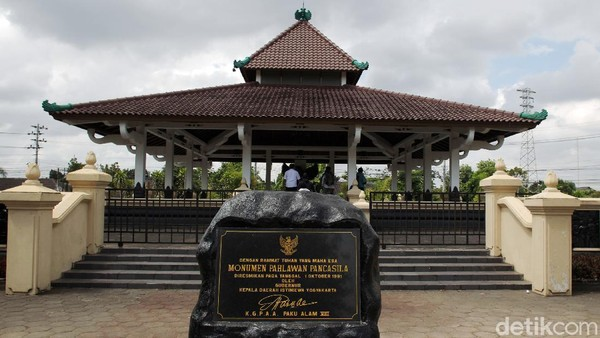 Monumen Pahlawan Pancasila ini berada di dalam komplek Batalyon Infantri 403/Wirasada Pratista Yogyakarta di Kentungan, Condong Catur, Depok, Sleman.