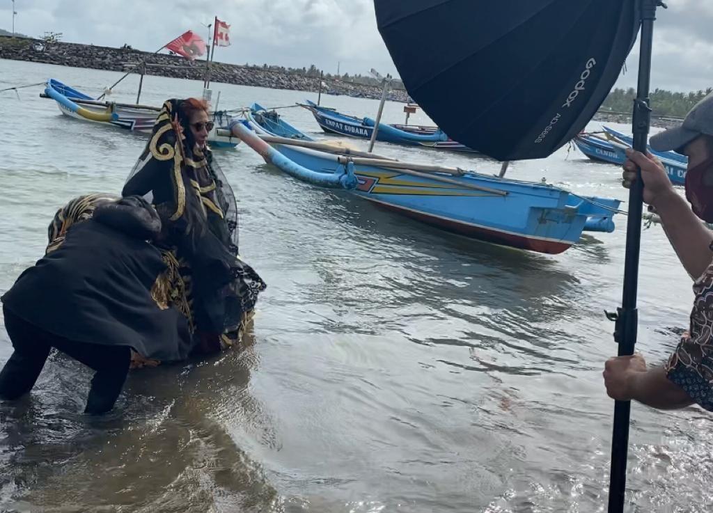 Pemotretan Susi Pudjiastuti di Perahu Nelayan