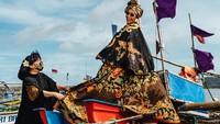 Susi Pudjiastuti Berpose di Perahu Nelayan, Anne Avantie: Modelnya Profesional!