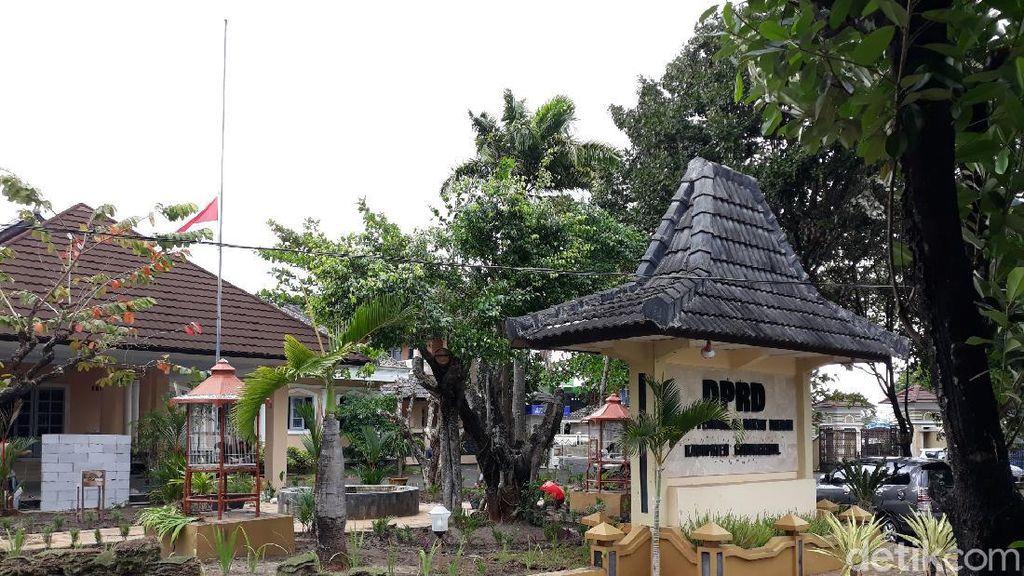 Kantor Pemkab-DPRD Gunungkidul Kibarkan Bendera Setengah Tiang