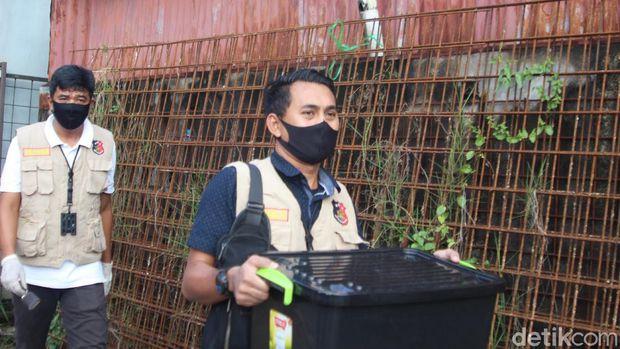 Penyidik Tipikor Ditkrimsus Polda Kalbar menggeledah kantor PUPR Provinsi Kaltim dan sebuah kantor perusahaan swasta di Pontianak (Adi Saputro/detikcom)