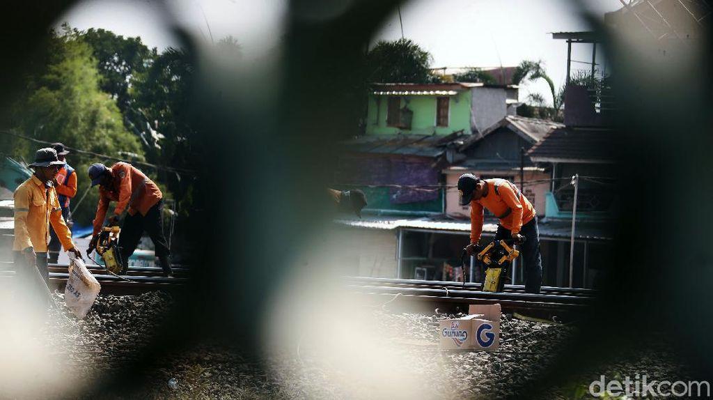 Foto Perawatan Rel Kereta Api di Pasar Minggu