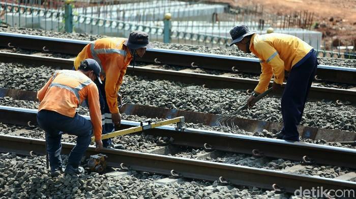 Untuk memberi kenyamanan, sejumlah petugas melakukan perawatan dengan memperbaiki jalur perlintasan kereta api di kawasan Stasiun Pasar Minggu, Jakarta, Rabu (30/9/2020).