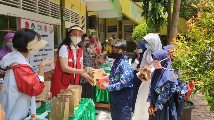 Pertiwi Pendidikan bersama dengan Sahabat Pertiwi, yang salah satunya Citra Kartini Infonesia (CIRI), memberikan 150 unit telepon genggam untuk pelajar di Bogor, Jawa Barat.