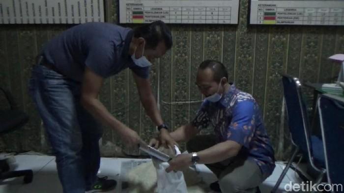 Petugas memeriksa beras yang diduga bercampur plastik di Purwakarta.