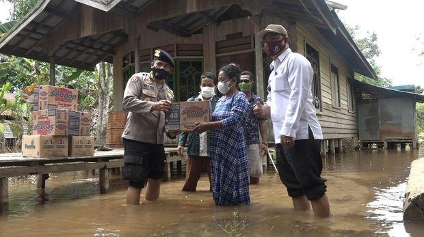 Polda Kalteng turunkan helikopter untuk mendistribusikan bantuan bagi warga desa terisolir banjir