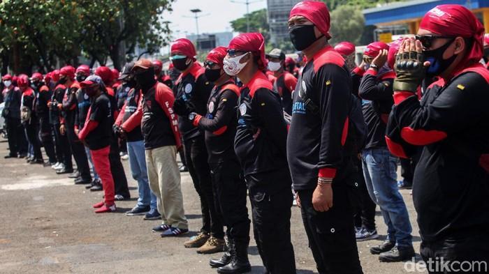 Sejumlah polisi menggunakan baju hazmat di depan Gedung DPR/MPR, Jakarta, Rabu (30/9/2020). Mereka menggunakan pakaian tersebut guna mengamankan demo buruh.