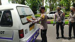 Cegah Corona, Polisi Ciamis Pasangi Angkot-Bus Stiker Ayo Pakai Masker