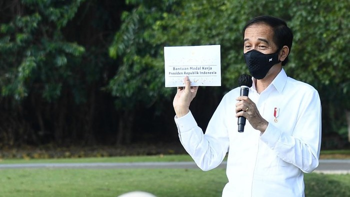 Presiden Jokowi menyerahkan bantuan modal kerja sebesar masing-masing Rp 2,4 juta ke pelaku UMKM.