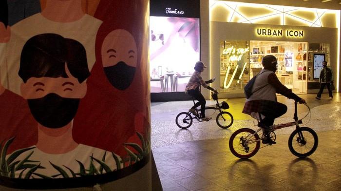 Pesepeda menaiki eskalator di dalam area Nipah Mall di Makassar, Sulawesi Selatan, Rabu (30/9/2020). Pengelola pusat perbelanjaan setempat menyiapkan fasilitas dan akses untuk pesepeda melalui program bersepeda dalam mall guna mensosialisasikan sepeda sebagai alat transportasi sehat dan ramah lingkungan. ANTARA FOTO/Arnas Padda/yu/foc.