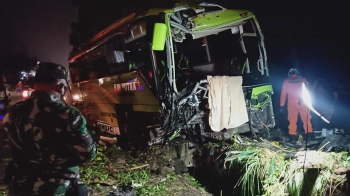 Proses evakuasi bus yang terlibat kecelakaan maut di Wonosobo, Rabu (30/9/2020).