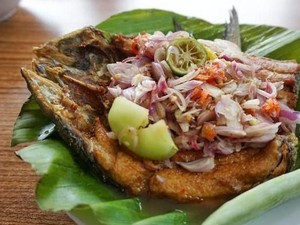 5 Tempat Makan Ini Punya Pecak Ikan yang Terkenal Enak