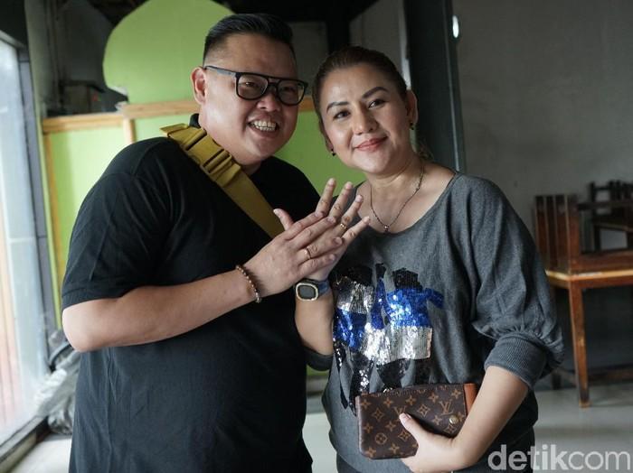 Reza Bukan dan istri saat ditemui di kawasan Tendean.