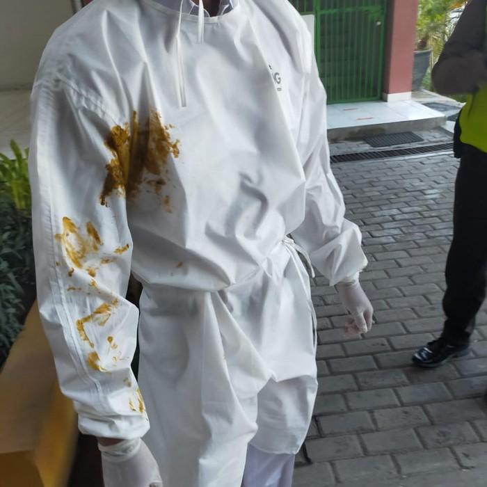 Petugas Satgas COVID-19 di Surabaya menerima perlakukan tidak menyenangkan saat menjemput pasien positif Corona. Ia dilumuri kotoran oleh istri pasien.