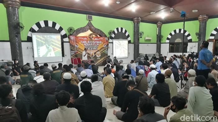 Suasana nobar film Pengkhianatan G30S/PKI di Masjid Mujahidin, Banyuanyar, Kecamatan Banjarsari, Solo, Rabu (30/9/2020).