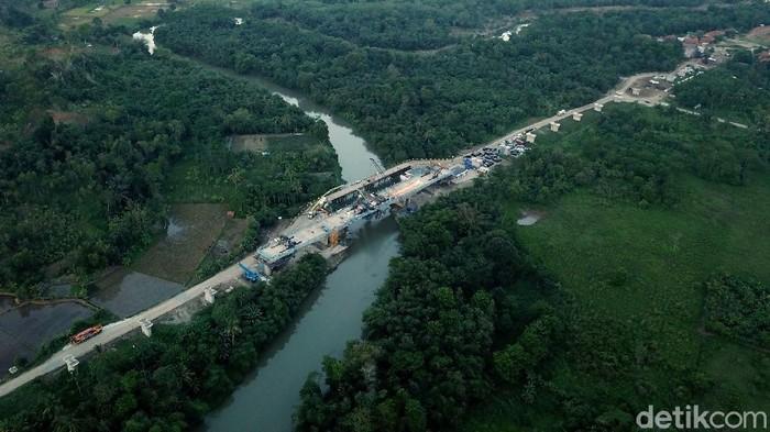 Proyek kereta cepat Jakarta-Bandung terus dikebut. Hari ini, salah satu jembatan continuous beam di daerah Jatiluhur, Jawa Barat baru saja diresmikan.