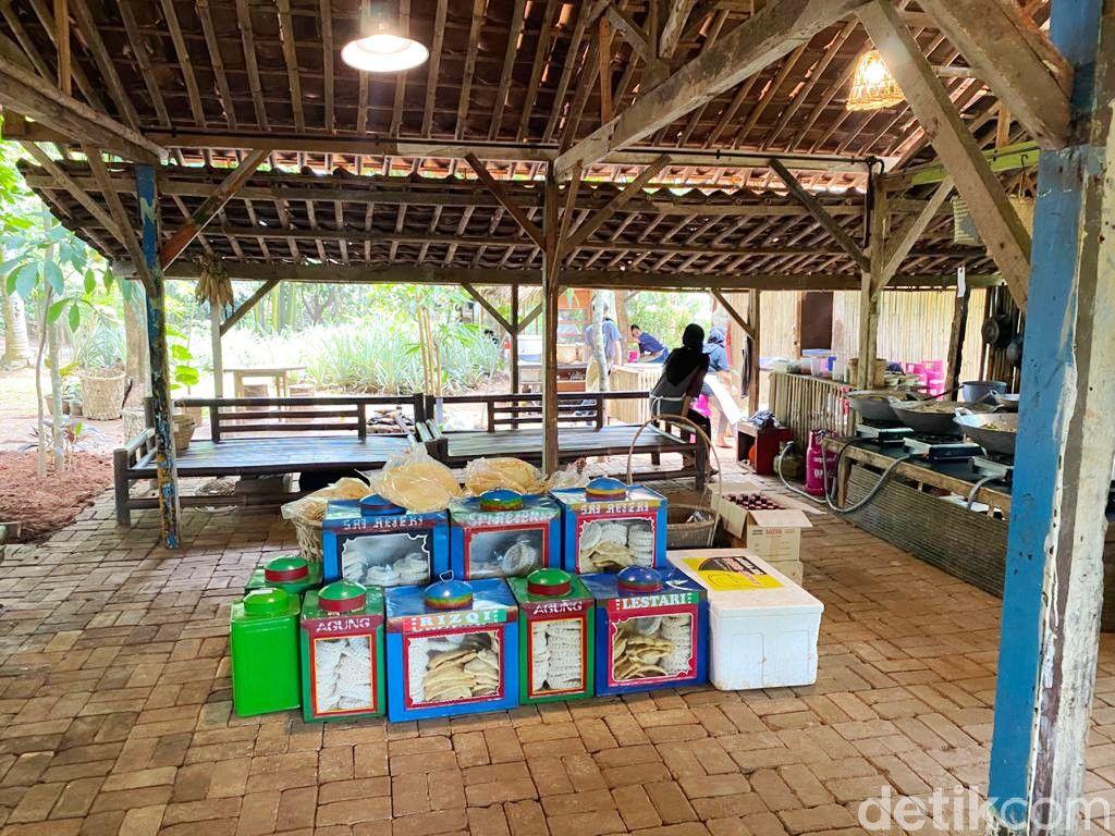 Warung Tuman di BSD Menyajikan Makanan Gaya Minang