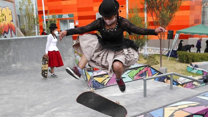 Anak muda di Bolivia punya cara unik untuk tunjukkan kebanggaan mereka terhadap seni-budaya tradisional. Mereka bermain skateboard dengan pakai baju tradisional
