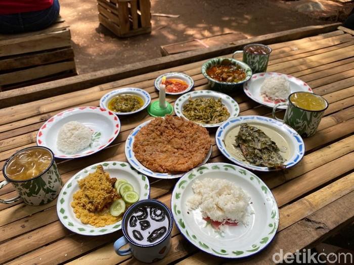 Asyiknya Makan Siang di Warung Tuman yang Ada di Tengah Kebun