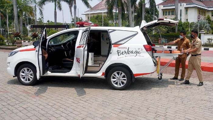 Pemkab Bekasi menerima bantuan ambulans dan 3.000 masker dari Toyota Indonesia. Ambulans ini untuk membantu penanganan COVID-19.
