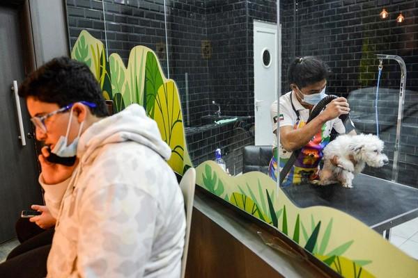 Selain itu, kafe tersebut juga menawarkan jasa grooming atau memandikan anjing peliharaan milik pengunjung kafe.