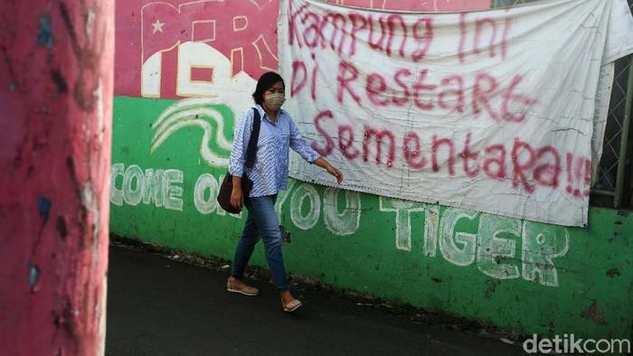 Mengantisipasi penularan virus Corona, gang di wilayah Cipayung, Jakarta Timur, ini ditutup, Kamis (01/10/2020). Warga dari luar kampung dilarang masuk.