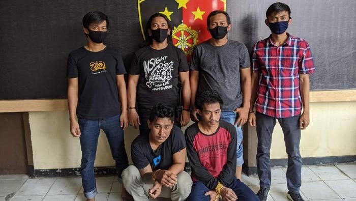 Dua pemuda ditangkap karena mengeroyok anggota TNI di Palopo.