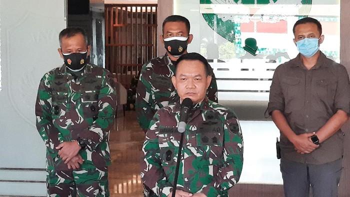 Pangdam Jaya Mayjen TNI Dudung Abdurachman menggelar jumpa pers terkait acara tabur bunga Gatot Nurmantyo cs di TMP Kalibata.
