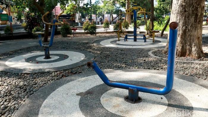 Fasilitas fitness di Taman Dewi Sartika, Bandung, tampak memprihatinkan. Sejumlah alat fitness di taman itu tampak berkarat karena minim perawatan.